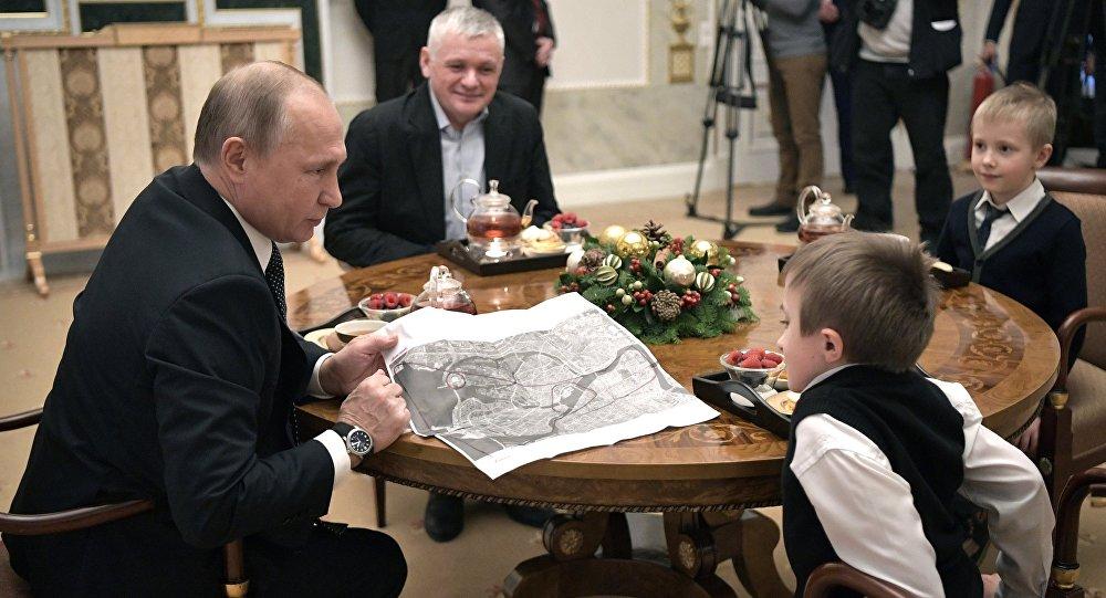 Mit Helikopter über St. Petersburg: Putin erfüllt krankem Jungen seinen Traum – VIDEO   Zaronews